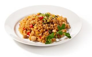 Arroz con verduras al vapor y pollo