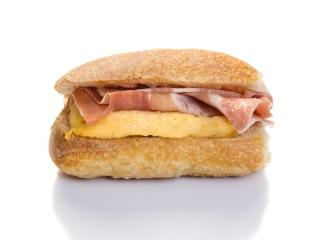 Bocadillo pequeño de tortilla francesa y jamón