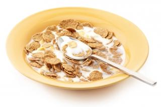 Cereales integrales con leche de almendras y miel