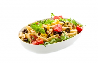 Ensalada de pasta, espinacas, tomate y pasas