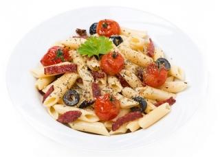 ensalada de pasta con levadura nutricional