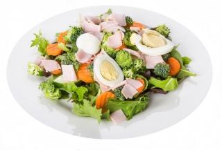 Ensalada de vegetales con huevo y pavo