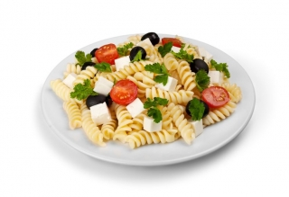 Ensalada de pasta con tomate, queso y aceitunas