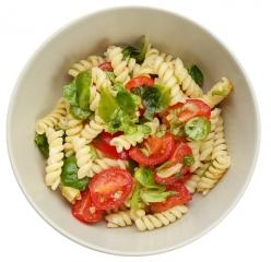 ensalada de pasta con frutos secos y semillas