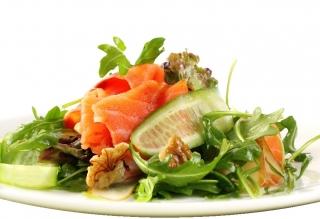 Ensalada de salmón con queso y nueces