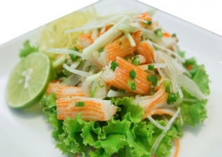 Ensalada de palitos de cangrejo con queso desnatado