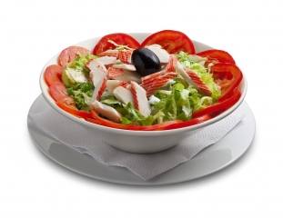 Ensalada de palitos de cangrejo y tomate