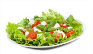 Ensalada con tomate y queso fresco