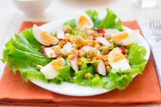 Ensalada con huevo, palitos de cangrejo y tomate