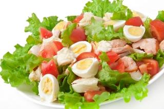 Ensalada de vegetales con huevo, atún y queso desnatado