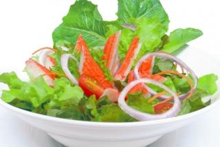 Ensalada de vegetales y palitos de cangrejo