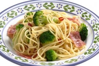 Espaguetis con brócoli y pavo