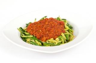 Espaguetis de calabacín con tomate triturado