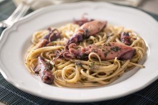espaguetis con calamares al ajillo