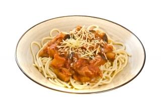 Espaguetis con berenjenas y tomate