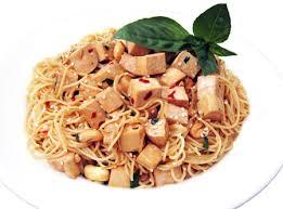 Espaguetis integrales con setas y tofu