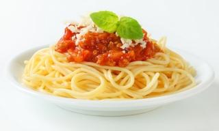 espaguetis con tomate, atún y queso