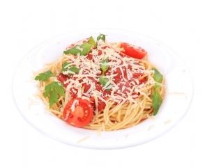 Espaguetis con tomate triturado y queso