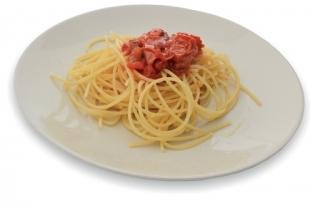 espaguetis con tomate, cebolla y atun
