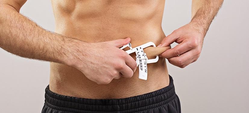 Chico midiendo grasa corporal