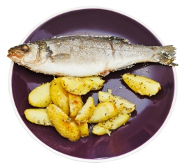Lubina al horno con patatas y cebolla