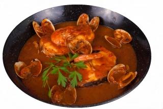 Merluza en salsa de gambas y almejas