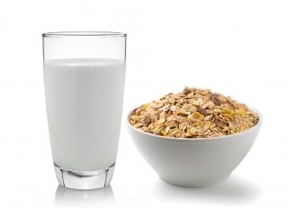 Muesli con leche de almendras y miel en tazón