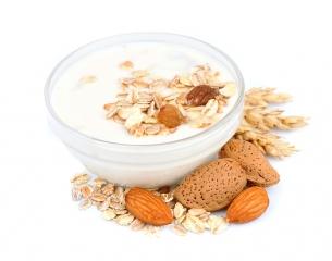 Muesli con yogurt natural en tazón
