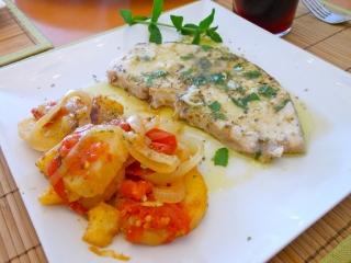 Pez espada al horno con patatas y cebolla