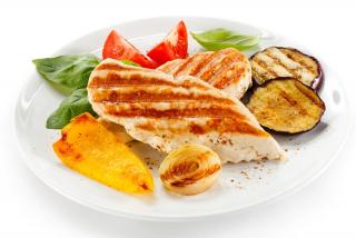 Pechuga de pollo y verduras a la plancha