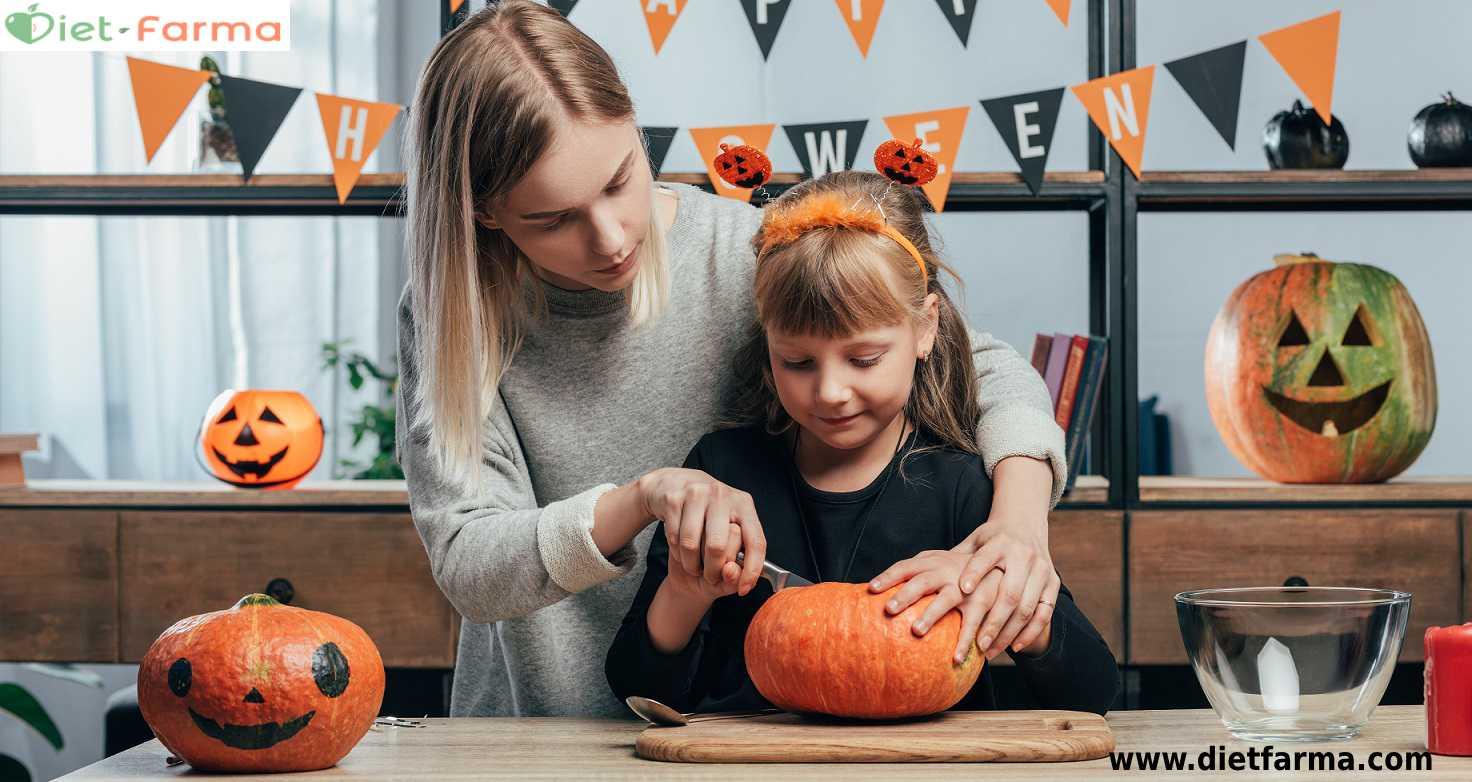 madre e hija cocinando en halloween