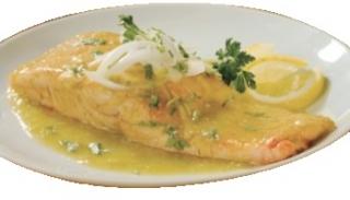Salmón con salsa de cebolla
