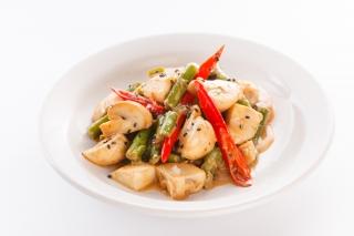 Tofu salteado con setas y espárragos