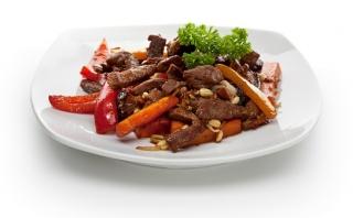 ternera salteada con verduras y frutos secos