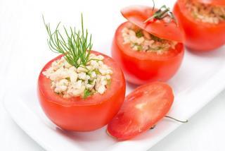 tomate relleno de atun y mozzarella