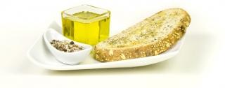 Tostada integral pequeña con aceite