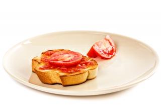 Tostada pequeña con aceite y tomate