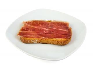 Tostada integral con margarina light y jamón serrano