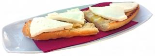 Tostada con tomate y queso fresco desnatado