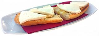 Tostada integral con tomate y queso fresco desnatado