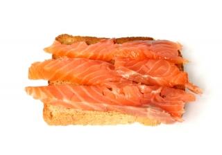 Dos panes tostados integral con salmón