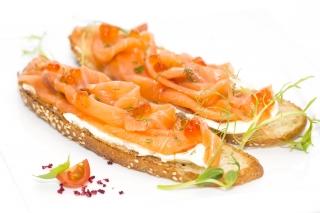 Dos panes tostados integral con salmón y crema de queso