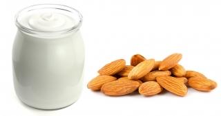 Yogur (sin lactosa si eres intolerante) y almendras