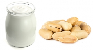 Yogur natural y cacahuetes