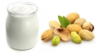 Yogur (sin lactosa si eres intolerante) y pistachos